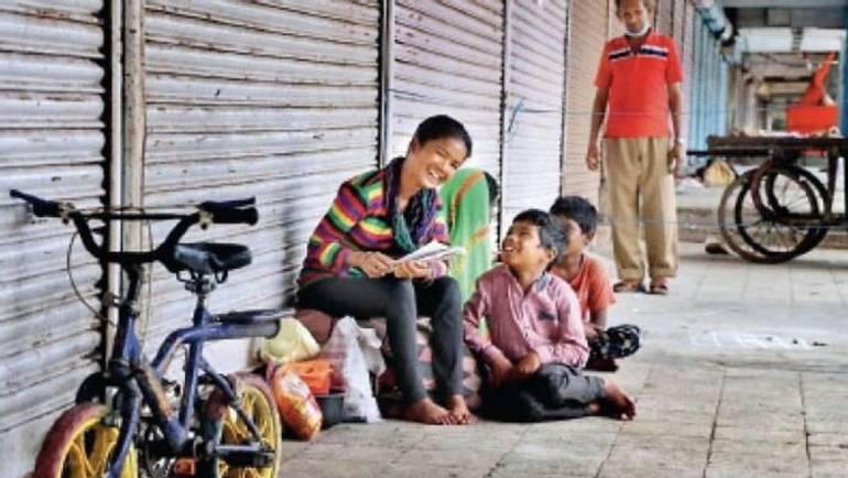 फुटपाथ पर पढ़ाई कर 68 फीसदी अंक से उत्तीर्ण हुई भारती,  इंदौर नगर निगम ने उपहार में दिया फ्लैट
