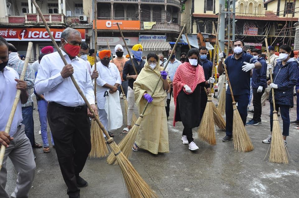 इंदौर शहर ने जन भागीदारी से शहर को किया साफ़ , नागरिक, जन प्रतिनिधि और अधिकारिओयों ने साथ में की सफाई